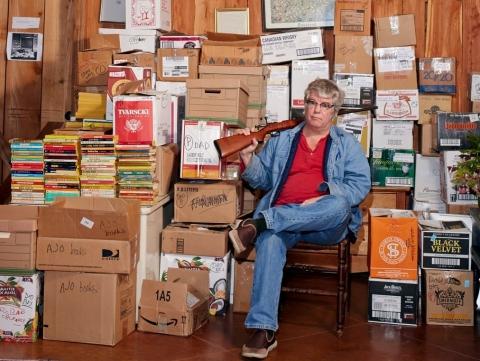 Chris Offutt rodeado por la obra y el material de su padre. Foto: William Mebane